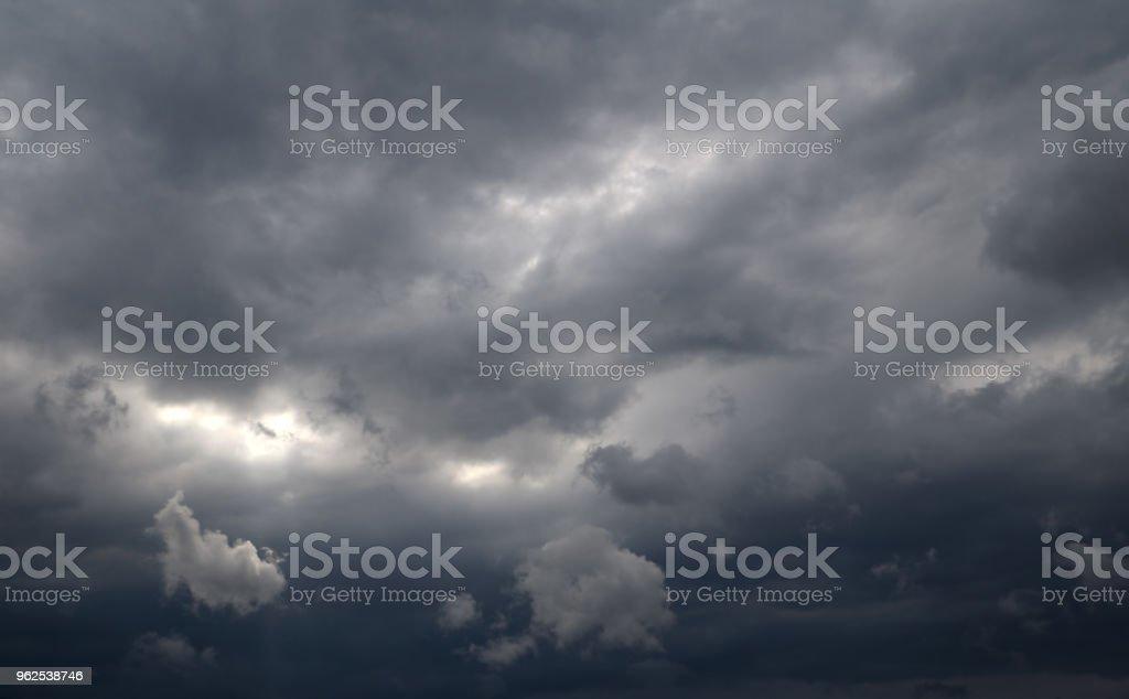 Estrondosos dramáticas nuvens - Foto de stock de Beleza natural - Natureza royalty-free