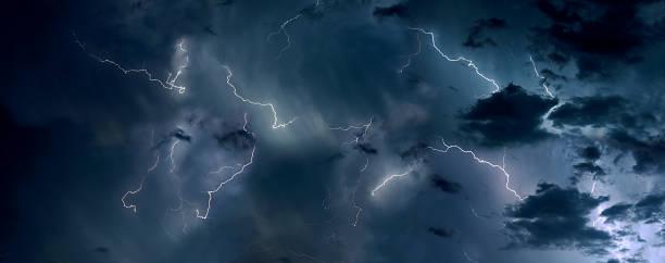 гроза облачный пейзаж - lightning стоковые фото и изображения