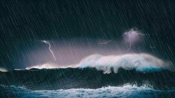 tormenta en el mar con grandes olas y relámpagos - foto de stock