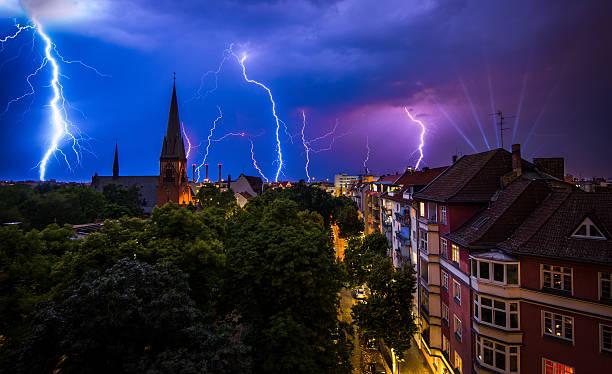 gewitter auf berlin - wettervorhersage deutschland stock-fotos und bilder