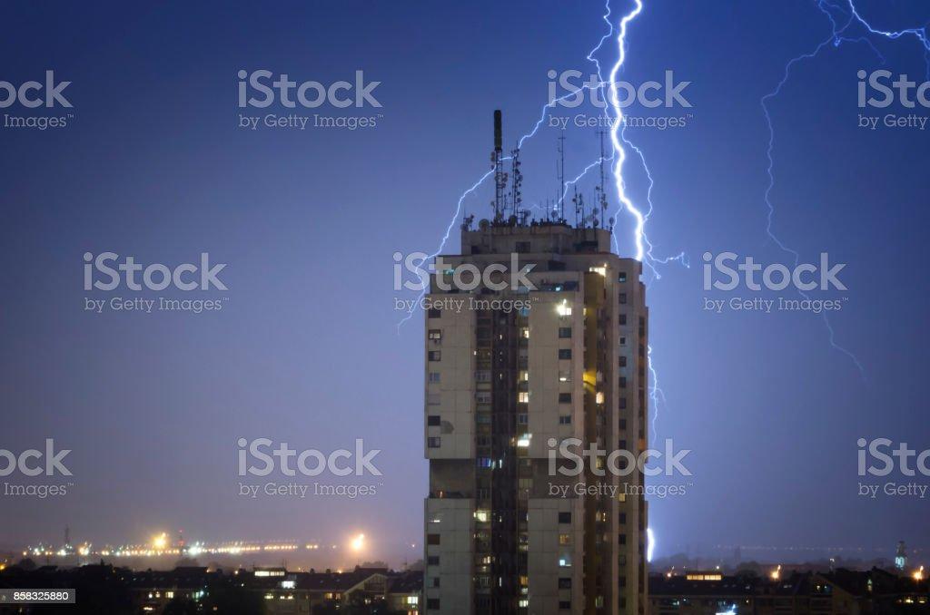 Gewitter über Nacht Stadt – Foto