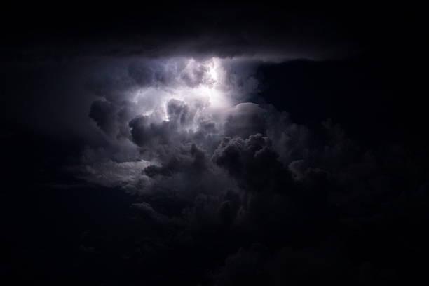 temporale sul mare con lampi - cielo minaccioso foto e immagini stock