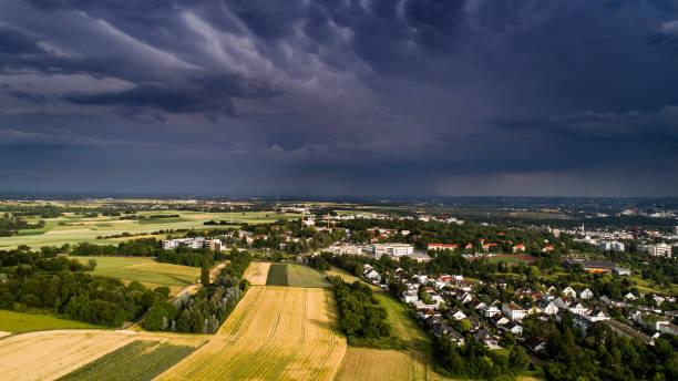 gewitter über wiesbaden, deutschland - wettervorhersage deutschland stock-fotos und bilder