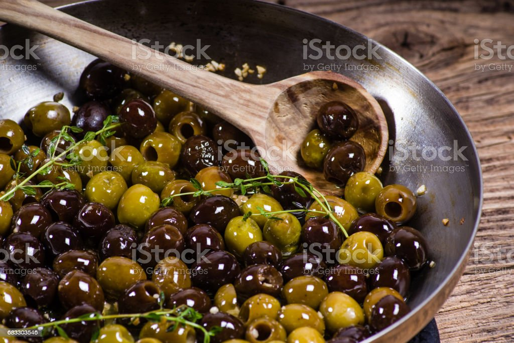 Thyme and olives in a skillet foto stock royalty-free