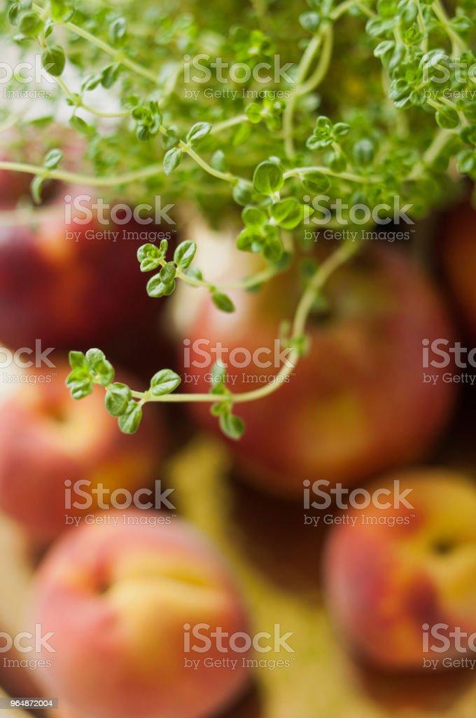 百里香和紅色夏日水果 - 免版稅健康飲食圖庫照片