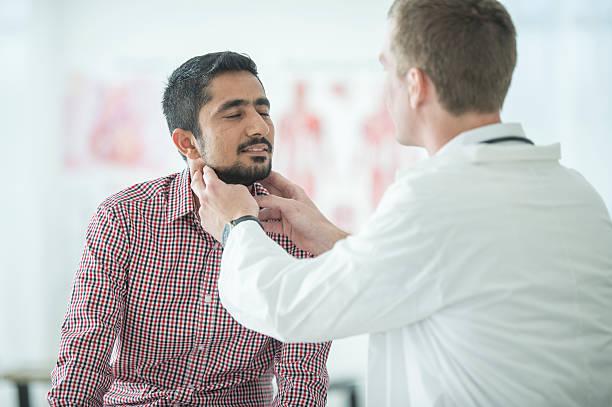 thyroid examination - cancer da tireoide - fotografias e filmes do acervo