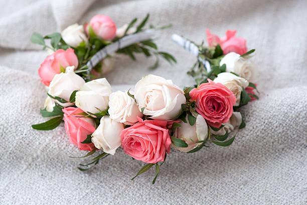tiara künstliche rosen auf hölzernen hintergrund. - hippie stirnbänder stock-fotos und bilder