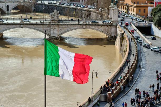 Tiber und Flagge von Italien in Rom – Foto