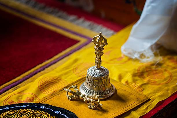 Tibetano campana y Thunderbold en un monasterio de budistas - foto de stock