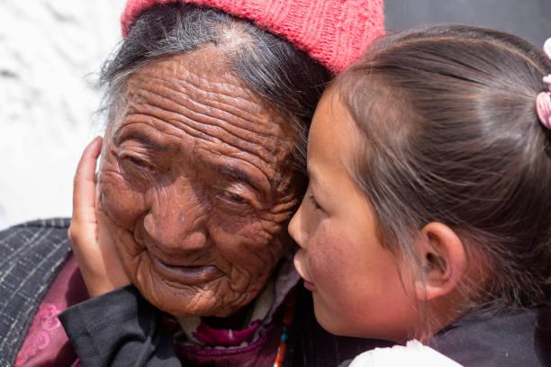 tibetischen buddhistischen alten frauen und kindern in hemis festival in ladakh, nord-indien - nepal tibet stock-fotos und bilder