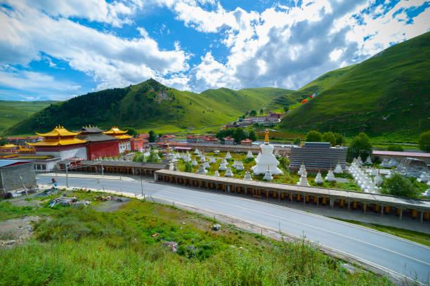 tibet kültürel tapınak mimarisi - ganzi tibet özerk bölgesi stok fotoğraflar ve resimler