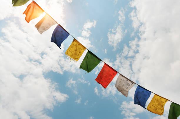 tibetische flaggen mit mantra - nepal tibet stock-fotos und bilder