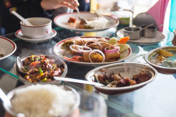 tibetische essen stil gehören salat und vieles mehr, die im restaurant in gangtok. sikkim, indien. - nepal tibet stock-fotos und bilder