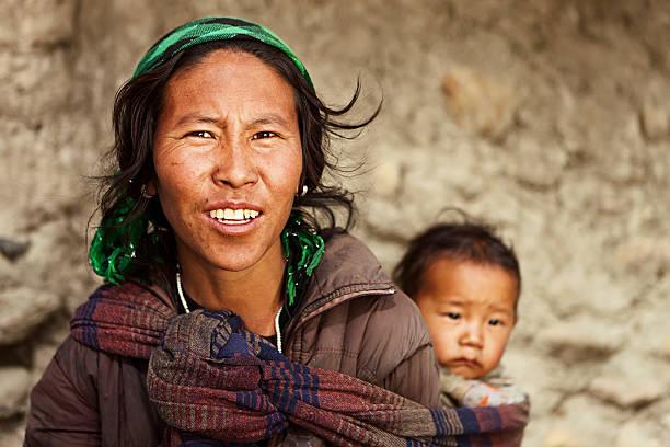 tibetische mutter ihr kind tragen - nepal tibet stock-fotos und bilder