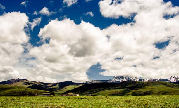 tibet dağ manzara çin dağlarında bir manastır - ganzi tibet özerk bölgesi stok fotoğraflar ve resimler