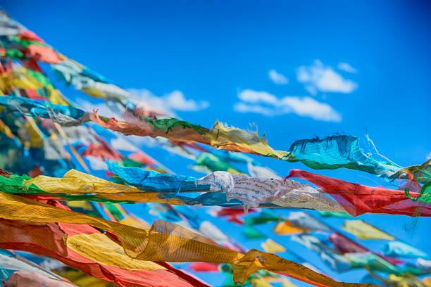 Tibetano oración flags en un paso en el Tíbet.   - foto de stock