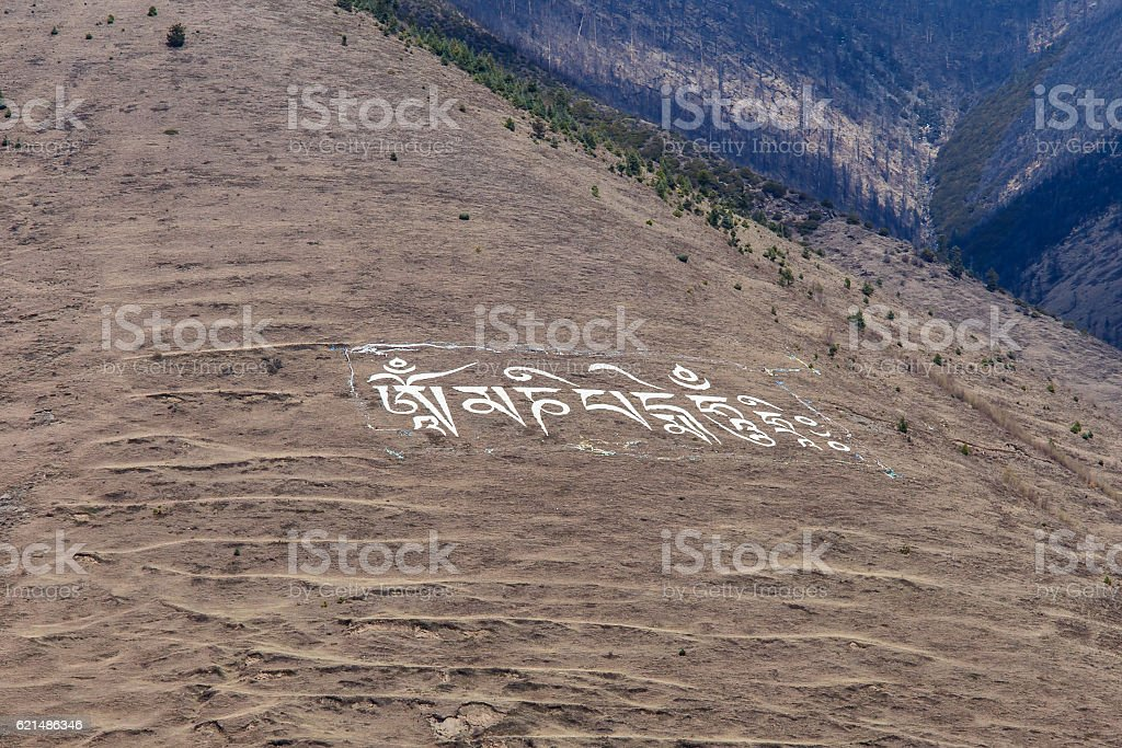 Tibetan prayer in the mountain with letters photo libre de droits
