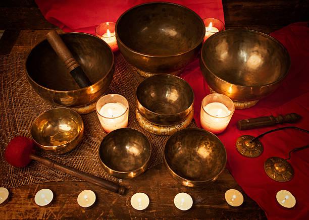 Tibetano canta y tazones - foto de stock