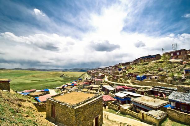 tibet çin'in dağ manzarası köyde - ganzi tibet özerk bölgesi stok fotoğraflar ve resimler