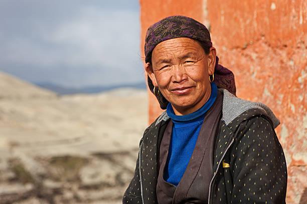 tibetische frau ruhen in lo manthang, upper mustang - nepal tibet stock-fotos und bilder