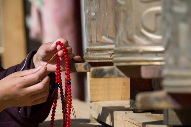 Mujer tibetana joven en el templo - foto de stock