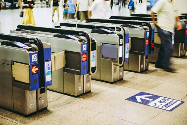 駅の改札口 - 駅 ストックフォトと画像