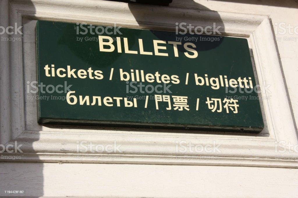 Ticket sales in several languages Outdoor shooting - Foto stock royalty-free di Affari