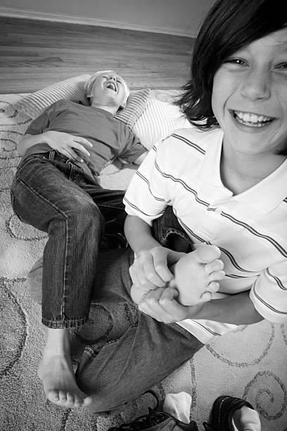 kitzeln füße - kinderfüße stock-fotos und bilder