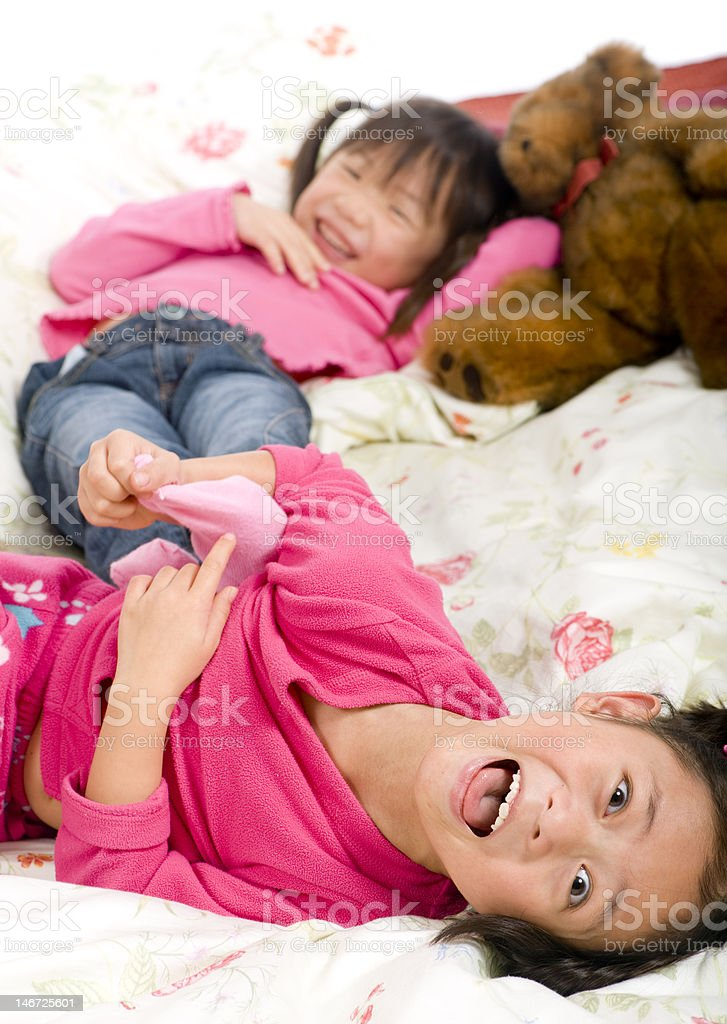 Mom teaches daughter to use dildo