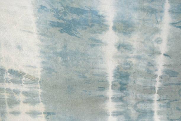 tie-dye-muster tauchen gefärbten technik auf baumwolle stoff hintergrund - dip gefärbt stock-fotos und bilder