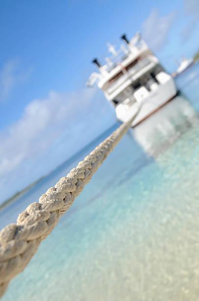 Liado barco en aguas tropicales - foto de stock