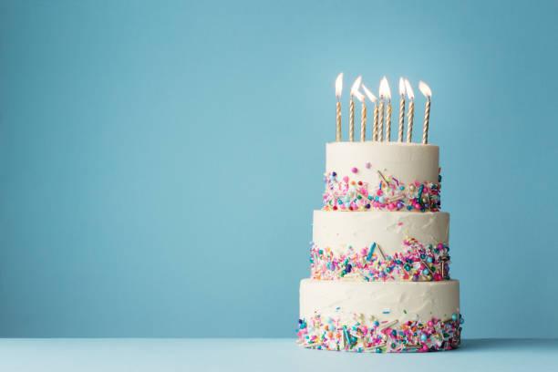 pastel de cumpleaños estratificado con rociados - cumpleaños fotografías e imágenes de stock