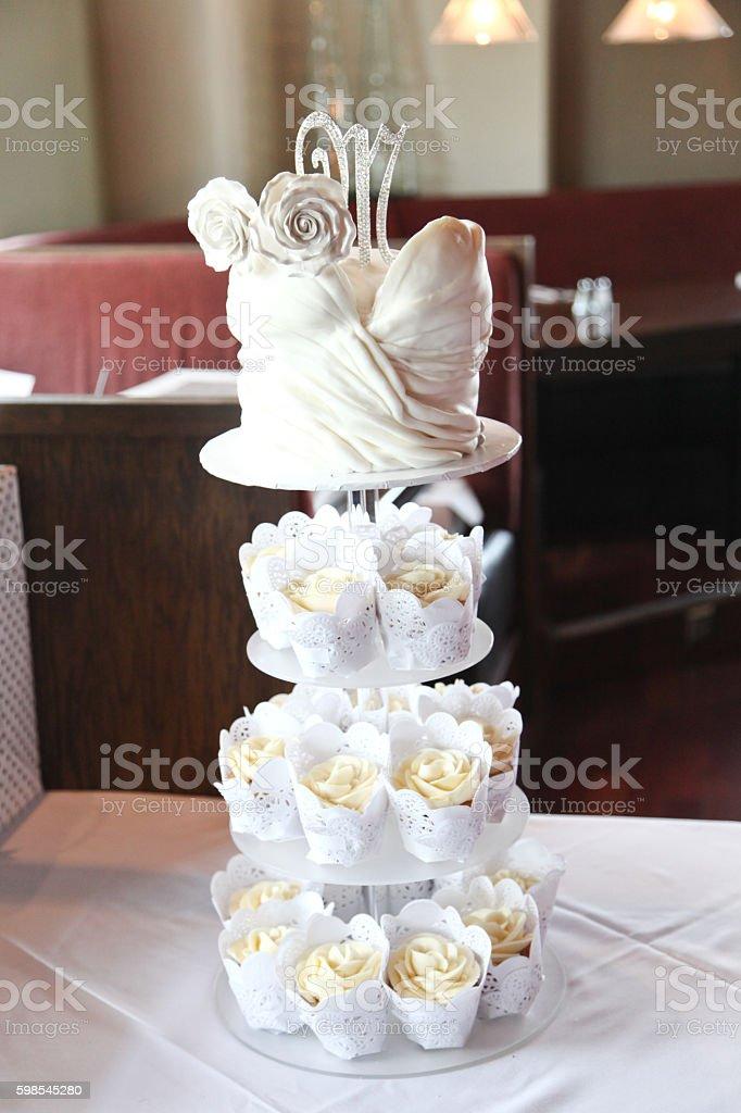 tiered cupcake wedding cake photo libre de droits