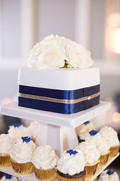gestufte cupcakes und kuchen - marinekuchen stock-fotos und bilder