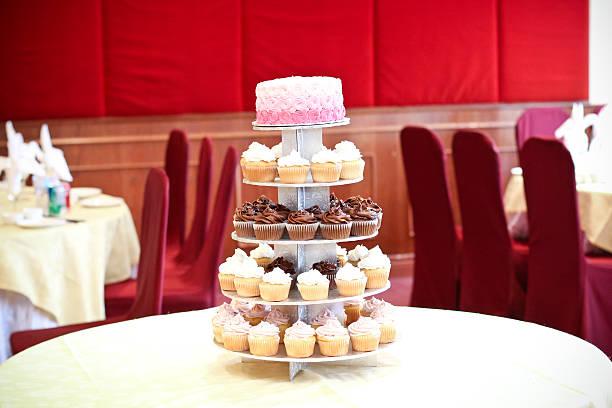 tiered cupcakes with ombre cake - cupcake türme stock-fotos und bilder