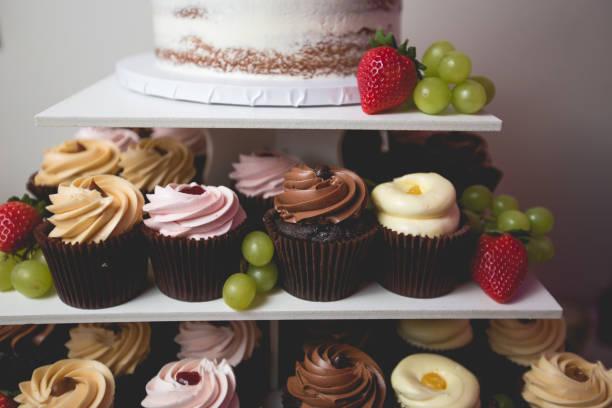 mehrstufige anzeige der gourmet-cupcakes - cupcake türme stock-fotos und bilder