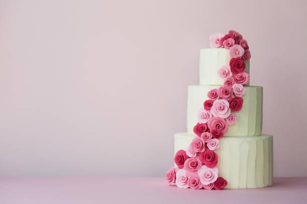 gesalzene hochzeitstorte mit zuckerpaste rosen - detailliert stock-fotos und bilder