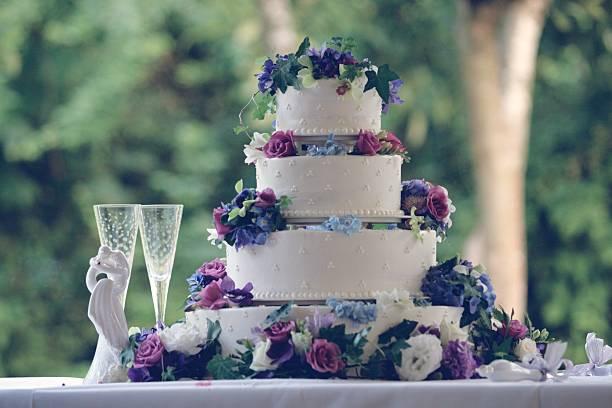 Drei gestufte weißen Hochzeitstorte – Foto