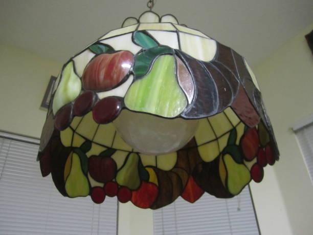 tiffany-spiegel-lampe - tiffany wandleuchten stock-fotos und bilder