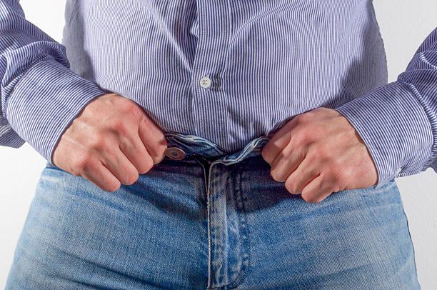 tight hemd und kleine jeans. - enganliegende jeans outfits stock-fotos und bilder