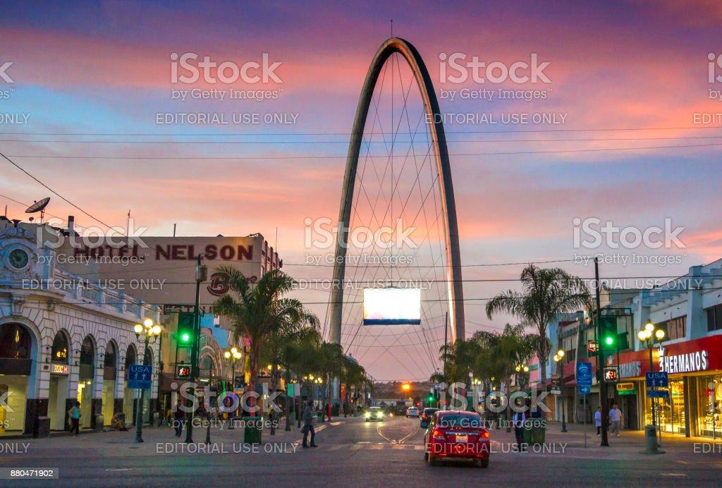 Avenida Revolución de Tijuana con el arco milenario - foto de stock