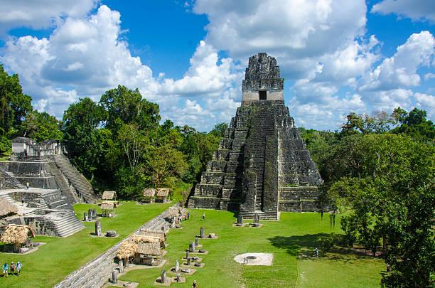 Tikal-Ruinen und die Pyramiden – Foto