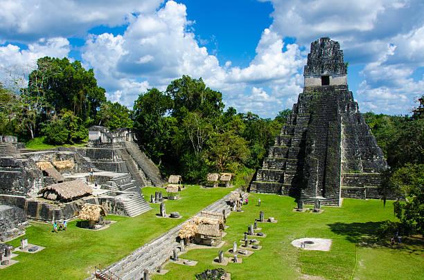 ティカル遺跡とピラミッド - 遺跡 ストックフォトと画像