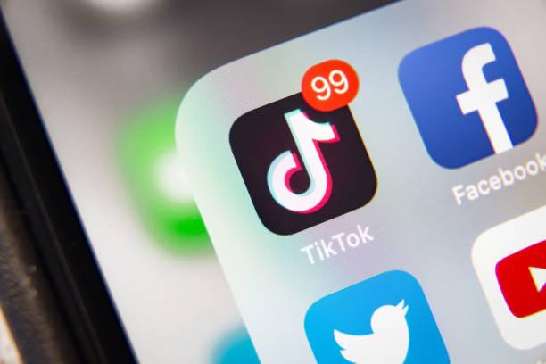 aplicación tiktok y facebook en pantalla apple iphone xr - tiktok fotografías e imágenes de stock
