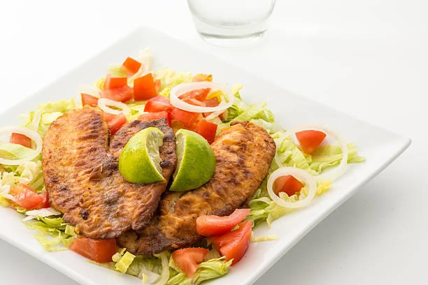 tilapia e salada - peixe na grelha imagens e fotografias de stock