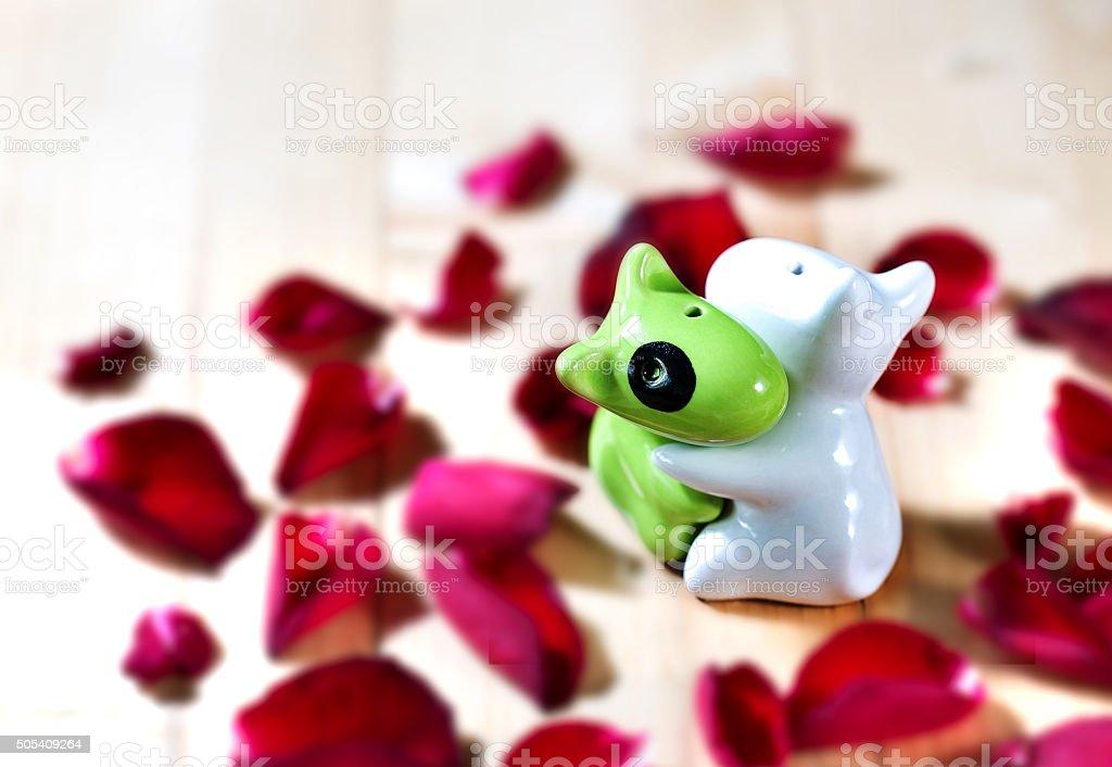 Bambola piastrelle in amore con petali di rosa rossa fotografie