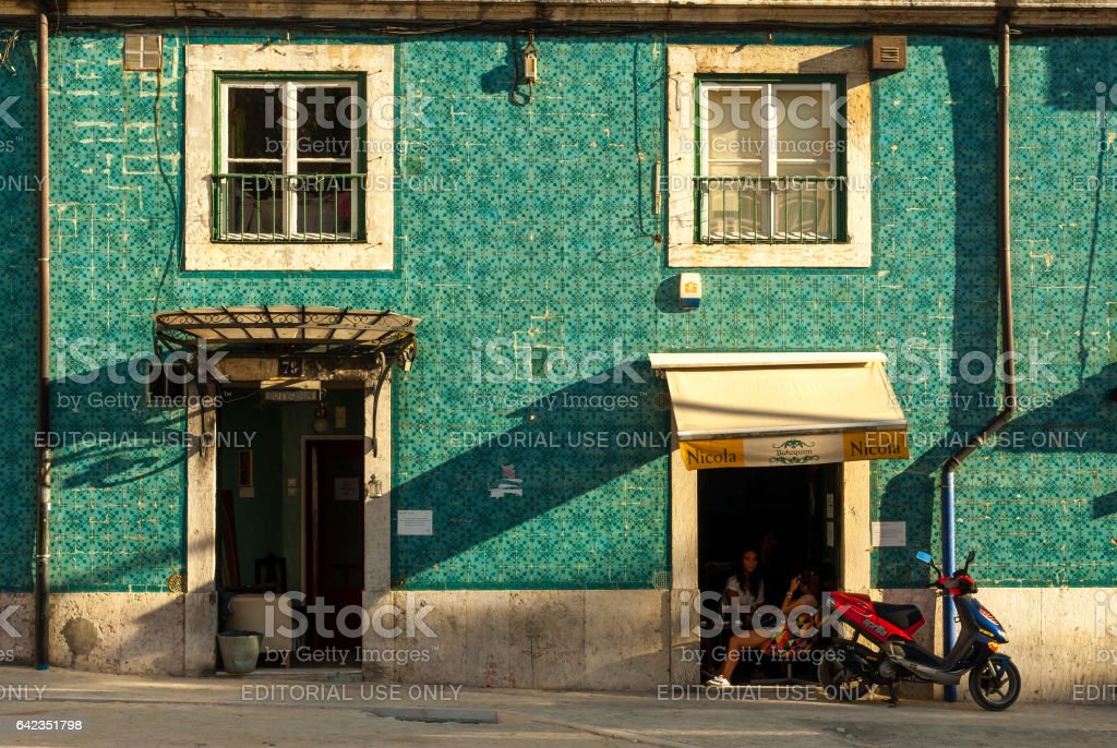 Lisbon, Portugal - Septmember 19, 2016: Tiled facade and girls drinking coffee - fotografia de stock
