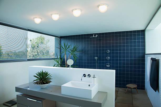 Piastrelle aprire doccia nel bagno moderno - foto stock
