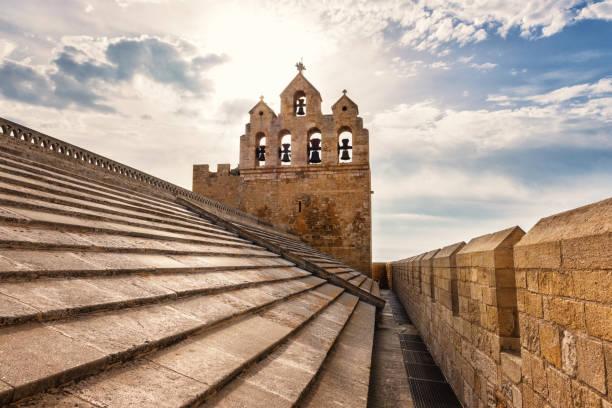 Geneigte Ziegeldach der befestigten Kirche Notre-Dame-de-la-Mer mit blauen Wolkenhimmel, Saintes-Maries-de-la-Mer, Camargue, Frankreich – Foto