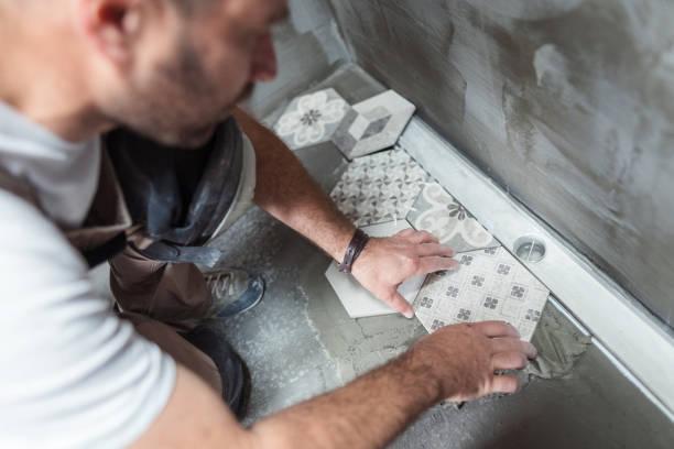 telha que instala telhas no assoalho do banheiro - banheiro estrutura construída - fotografias e filmes do acervo